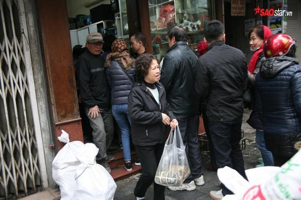 Bánh chưng có giá 60.000 đồng/chiếc. Giò chả 200.000 đồng/kg.