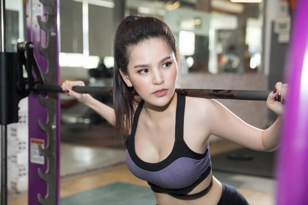 Đốt mắt với bộ ảnh phòng gym nóng bỏng của Thánh nữ Mì Gõ Trang Phi