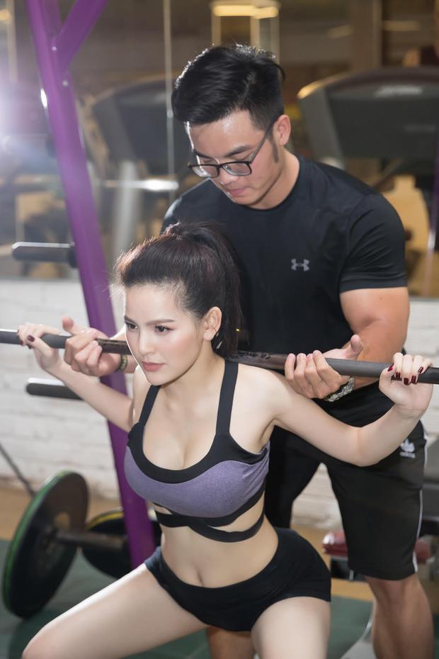 Được biết, Phi Huyền Trang đã đến với gym từ khá lâu. Thậm chí cô tập với cường độ nặng trong suốt hơn 1 năm qua. Cám ơn Phòng tập thể dục thể thao Gold Sport (Q10. HCM) đã tài trợ địa điểm thực hiện.