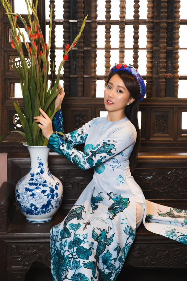 Huỳnh Hồng Loan e ấp trong bộ hình Xuân Mậu Tuất.