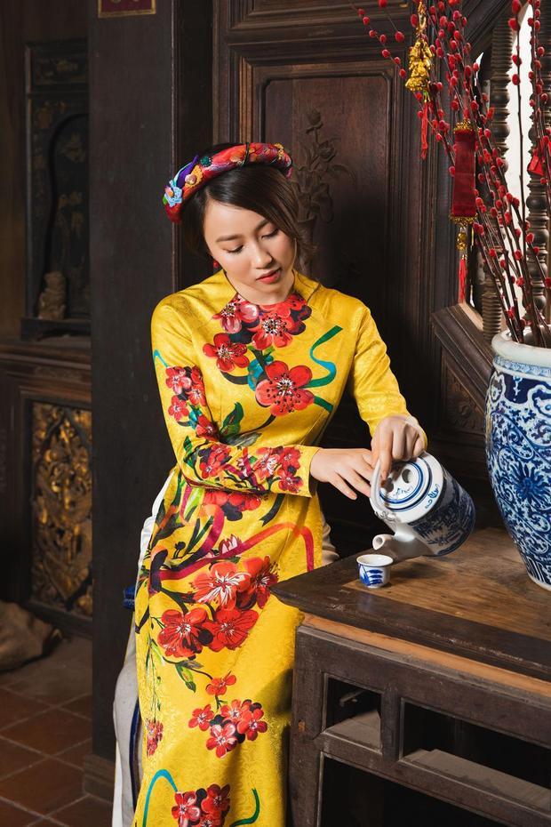Trong không gian hoài cổ, nữ diễn viên chọn cho mình những chiếc áo dài với tông màu, họa tiết truyền thống, ấn tượng với những màu sắc dân gian.
