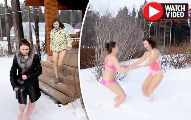 Dù trời lạnh, và chỉ mặc đúng một bộ bikini mỏng, nhưng hai cô gái vẫn thoải mái chơi đùa.