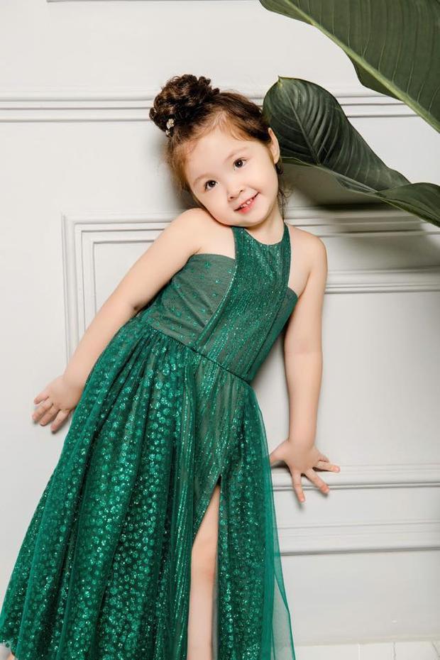 Thiên thần nhỏ Cadie càng lớn càng trông như đúc một phiên bản nhí của mẹ Elly Trần.