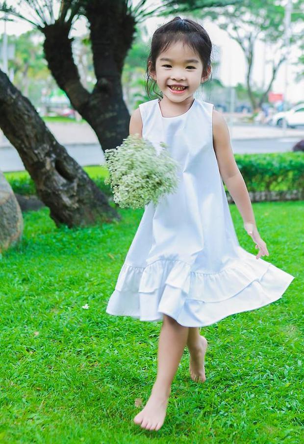 Con gái siêu mẫu thừa hưởng những nét đẹp của mẹ. Cô nhóc sở hữu gương mặt xinh xắn và càng lớn càng đáng yêu.