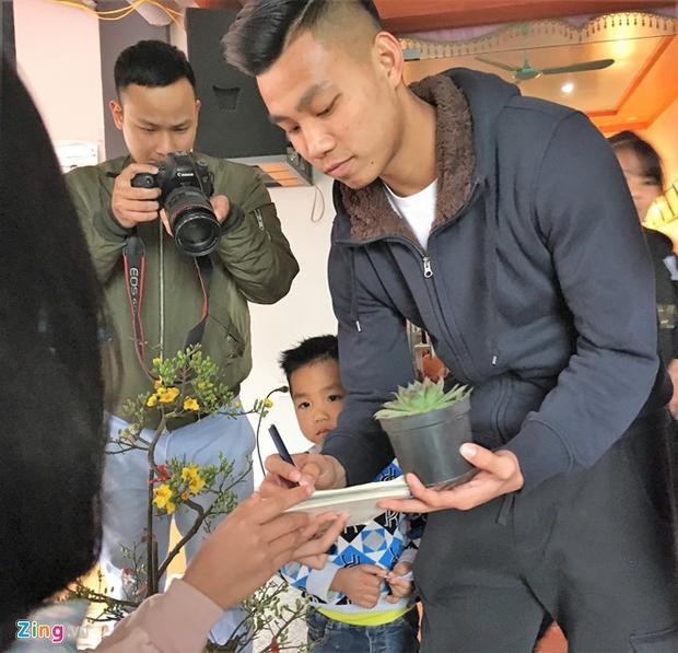 Nhiều fan nữ tới nhà Văn Thanh tặng quà và xin chữ ký.