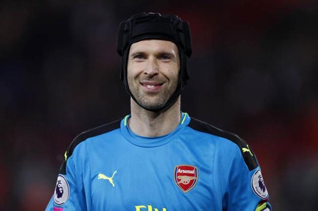 """Thủ môn: Petr Cech (Arsenal, năm sinh: 1982). Trong số những thủ môn tuổi Tuất còn thi đấu, chắc chắn, không có gương mặt nào có thể sánh bằng Petr Cech. Hơn 1 thập kỷ qua, """"người gác đền"""" 35 tuổi luôn được đánh giá là một trong những thủ môn xuất sắc nhất thế giới."""