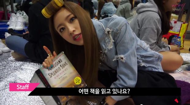 Hani rất mê đọc sách, tranh thủ quãng thời gian ít ỏi trong phòng chờ để đọc và còn giới thiệu sách hay cho fan.