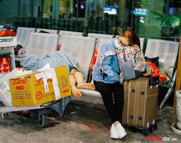 Nhiều hành khách chấp nhận vạ vật suốt đêm để chờ giờ khởi hành.