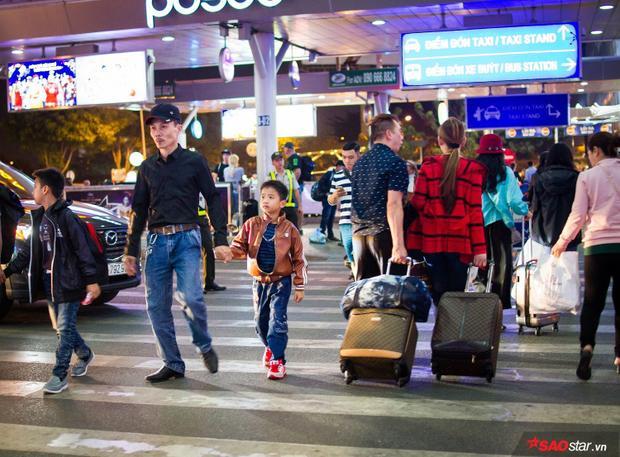 1h sáng 29 Tết, sân bay vẫn tấp nập người.