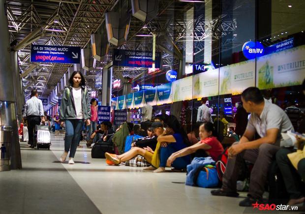 """Nhiều hành khách chấp nhận """"bạ đâu ngồi nấy"""" để chờ giờ khởi hành"""