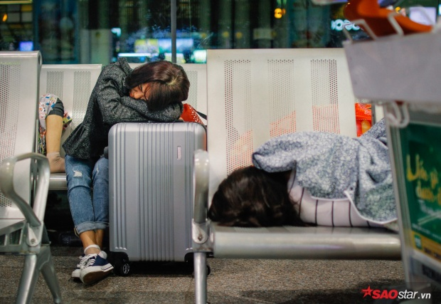 Hành khách khổ sở nằm vật vờ suốt đêm tại sân bay Tân Sơn Nhất chờ check-in