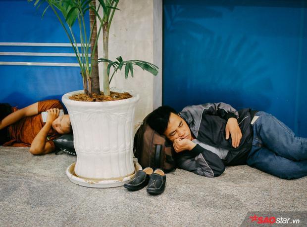 Ghế chờ, sàn nhà,… đều được hành khách tận dụng để ngả lưng.