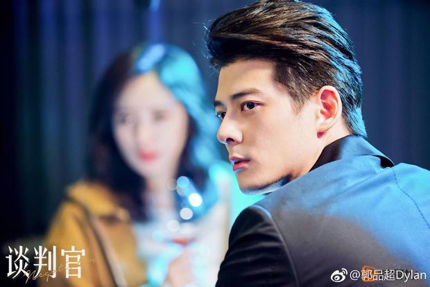 """Vai diễn luật sư Tần Thiên Vũ của Quách Phẩm Siêu trong Người đàm phánđược nhiều khán giả vừa """"hận"""" vừa yêu thích"""