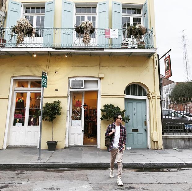 Mix đồ không quá cầu kì nhưng luôn đậm tính street style chính là Quang Vinh. Chàng ca sĩ chọn cách layer một chiếc áo phông basic cùng flannels tone màu trầm. Anh khéo léo kết hợp chiếc quần màu be và một đôi sneakers trắng cho outfit trông đơn giản nhưng không hề đơn điệu.