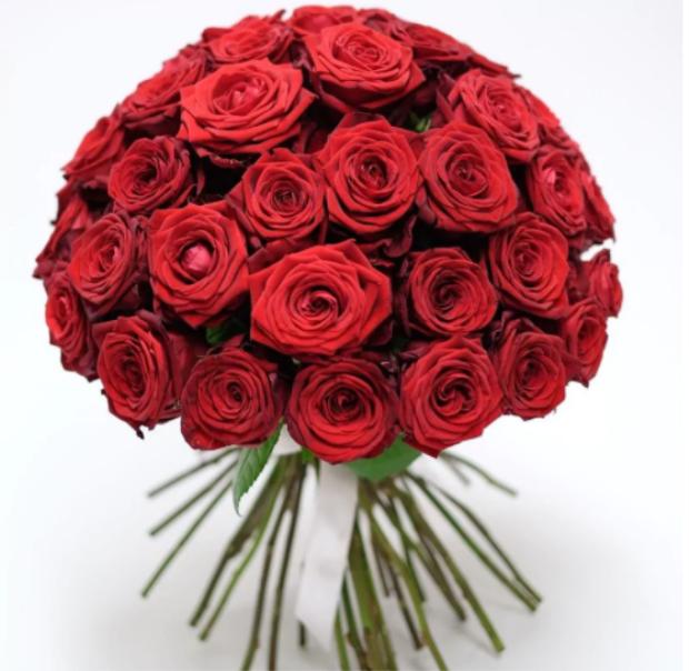 Bó hoa mang tên Mon Amour với 999 đóa hồng tươi thắm có giá tầm 157 triệu VND.