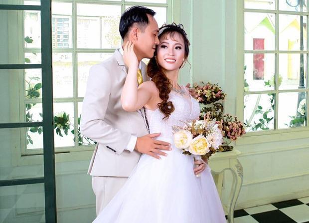 Ảnh cưới giản dị của cặp vợ chồng.