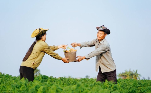 Bộ ảnh tình yêu giản dị nhưng ấm áp của cặp vợ chồng nông dân dịp Valentine khiến ai cũng xao xuyến