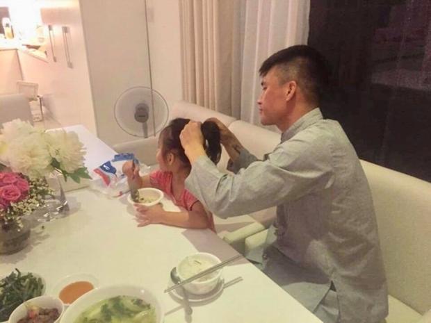 Dù có là người hùng sân cỏ cũng không hạnh phúc bằng việc buộc tóc cho con gái nhé!