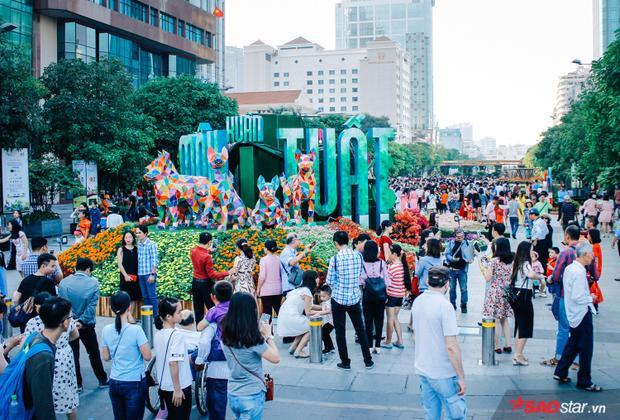 Sài Gòn hôm 30 Tết: Là người người đổ về đường hoa Nguyễn Huệ để du xuân. Năm nay đường hoa mở từ 28 Tết nổi bật với linh vật chó Phú Quốc đã thu hút hàng nghìn người tham quan.
