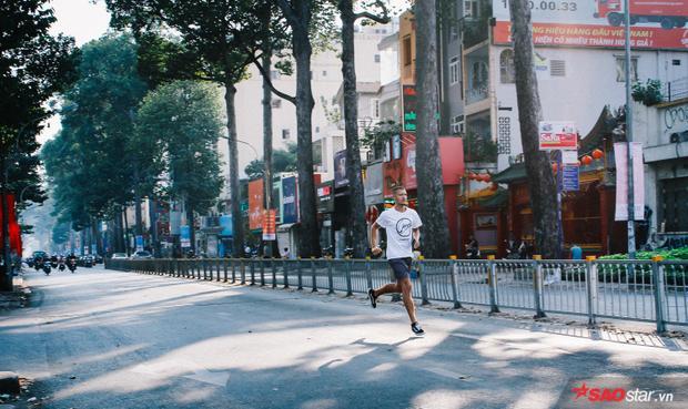 Sài Gòn hôm 30 Tết: Là anh chàng người nước ngoài thong dong chạy trên con đường Nguyễn Thị Minh Khai rộng thênh thang. Lâu lắm rồi, mới thấy đường Nguyễn Thị Minh Khai yên bình đến thế.
