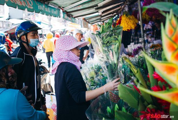 Người ta đến đây, chọn những bó hoa tươi nhất, đẹp nhất về chưng Tết.