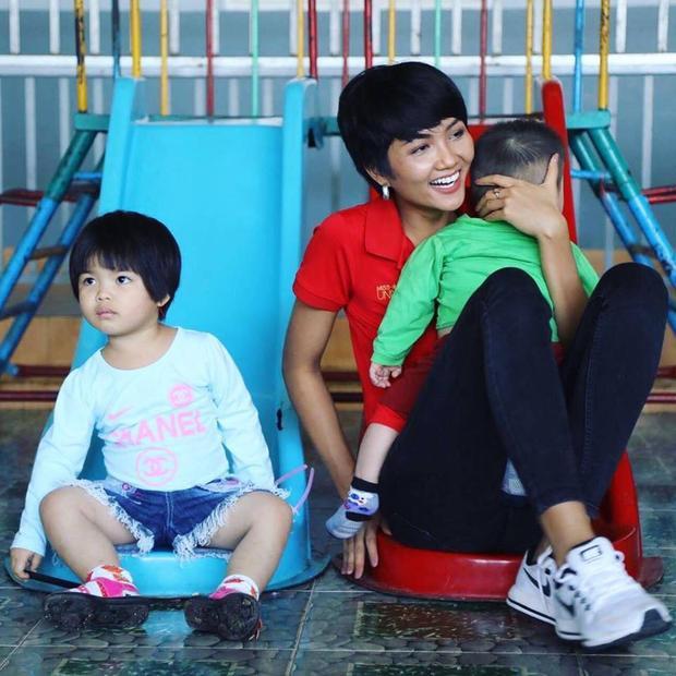 Ngày 13/2, H'Hen Niê trở lại thị xã Bảo Lộc, tỉnh Lâm Đồng để trao quà cho các em nhỏ. Đây cũng là nơi trong đêm chung kết Hoa hậu Hoàn vũ Việt Nam, người đẹp Ê Đê nhắc đến trong phần trả lời ứng xử.