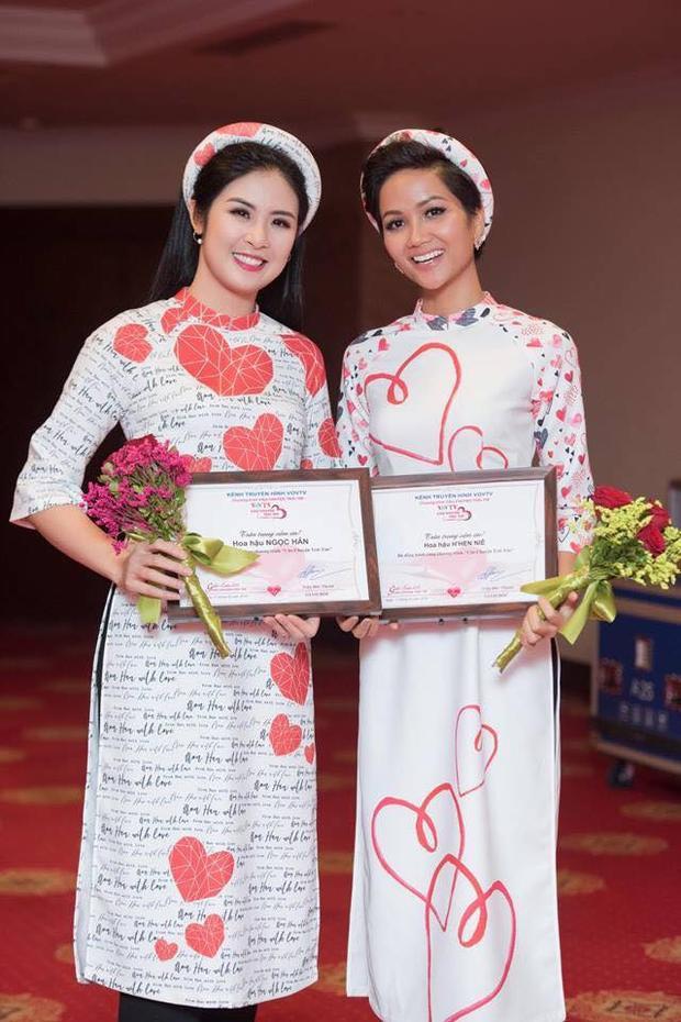 H'Hen Niê cùng Hoa hậu Ngọc Hân xuất hiện trong trang phục áo dài tại một chương trình từ thiện, bán đấu giá, gây quỹ mổ tim cho các bệnh nhi nghèo trên địa bàn cả nước.