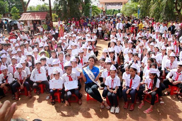 Trong dịp này, H'Hen Niê cũng về thăm trường cấp 2 và trao học bổng cho những em học sinh nghèo vượt khó trong học tập.