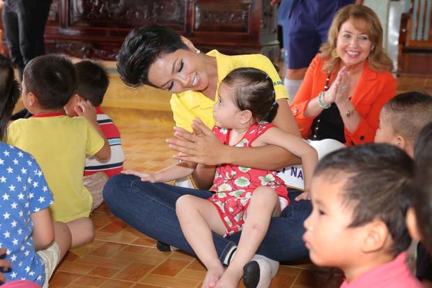 Sau khi đăng quang, tân Hoa hậu Hoàn vũ Việt Nam cùng 2 Á hậu và Miss Universe 2008 Dayana Mendoza có chuyến từ thiện đầu tiên tại một ngôi chùa ở huyện Cam Lâm, Khánh Hoà. Đây là nơi cưu mang 47 trẻ em mồ côi và 11 người già neo đơn. Tại đây, đoàn trao nhiều phần quà gồm tiền mặt, gạo và đồ chơi cho các em nhỏ.