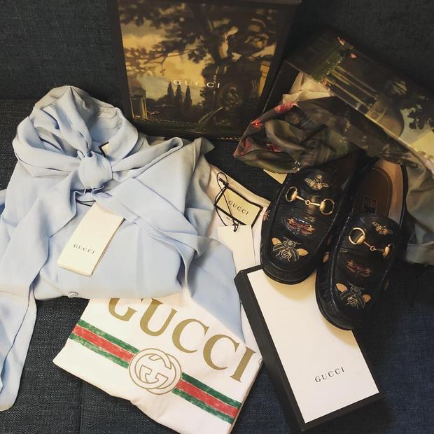 Hoàng Ku là một stylist được biết đến với gout thời trang tốt cũng như độ chịu chơi của anh chàng. Nhìn vào shopping bag của Hoàng Ku trong dịp tết 2018, sẽ khiến bạn không khỏi ngưỡng mộ bởi những item đắt đỏ từ Gucci.