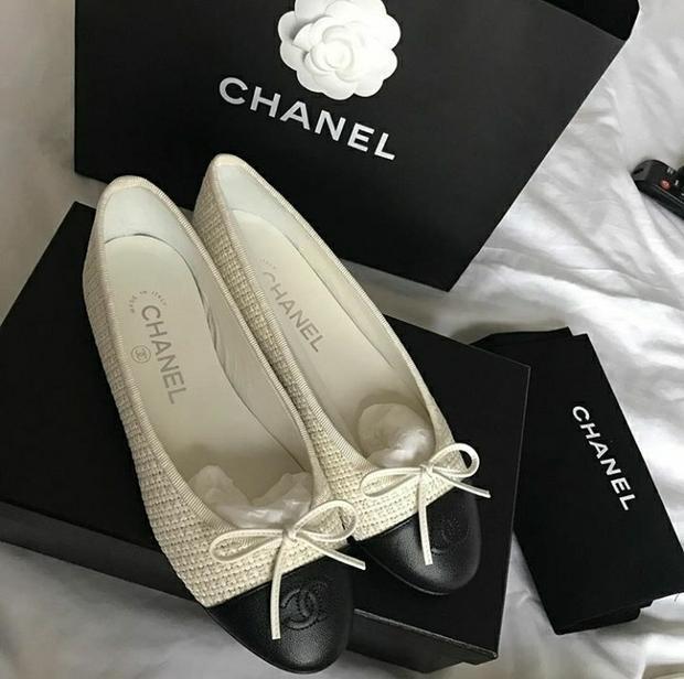 Lê Hà đón Tết dịu dàng với đôi búp bê thanh lịch từ Chanel. Chân dài luôn yêu thích những item mang gam trầm để tôn lên làn da trắng sứ của mình.