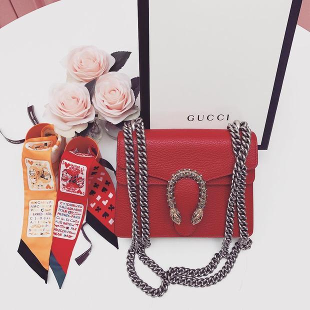 """Ngọc Trinh cũng là những """"tay chơi"""" đồ hiệu đỉnh cao trong dịp Tết 2018. Người đẹp tậu cho mình một chiếc clutch Gucci màu đỏ cho hợp với năm mới."""