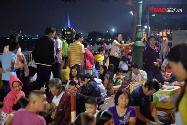 Khu vực bến Bạch Đằng tập trung rất đông người.