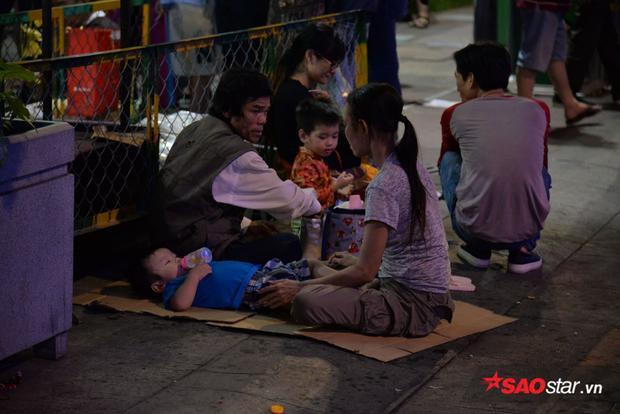 Nhiều gia đình dùng bìa các-tông làm chỗ nghỉ cho các con.