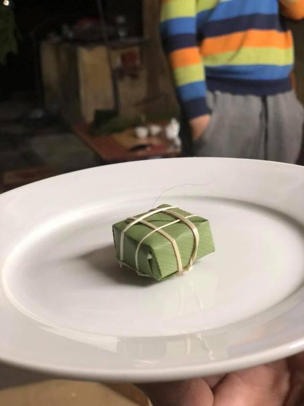 Đây là chiếc bánh mà Quang Lâm vừa gói xong, chuẩn bị đem đi luộc.