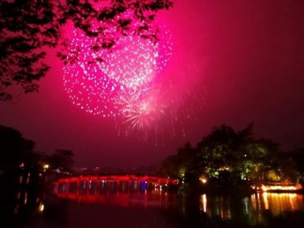 Tại Việt Nam, hàng chục điểm bắn pháo hoa cũng được thực hiện để phục vụ người dân chào đón năm mới. Trong ảnh, pháo hoa tại Hồ Gươm, Hà Nội.