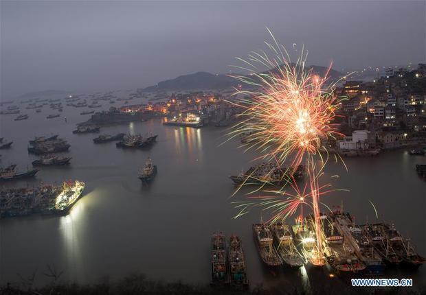 Do Trung Quốc đang thi hành lệnh cấm bắn pháo hoa nghiêm ngặt nên các màn bắn pháo hoa ở đây đều là pháo hoa điện tử.