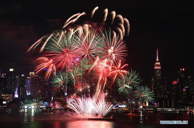 Màn pháo hoa rực rỡ trên trời Tây của người dân Trung Quốc chẳng thua kém gì màn pháo hoa hồi Tết dương ở Mỹ.