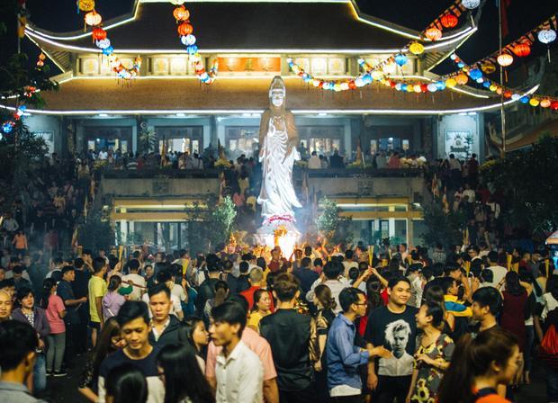Sau giao thừa, dù đã rất muộn nhưng hàng nghìn người dân Sài Gòn vẫn ghé chùa Vĩnh Nghiêm để thắp chùa, khấn vái, cầu một năm mới bình an.