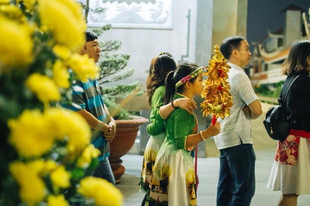Hai mẹ con mặc áo dài đến chùa để cầu điều may mắn trong năm mới.