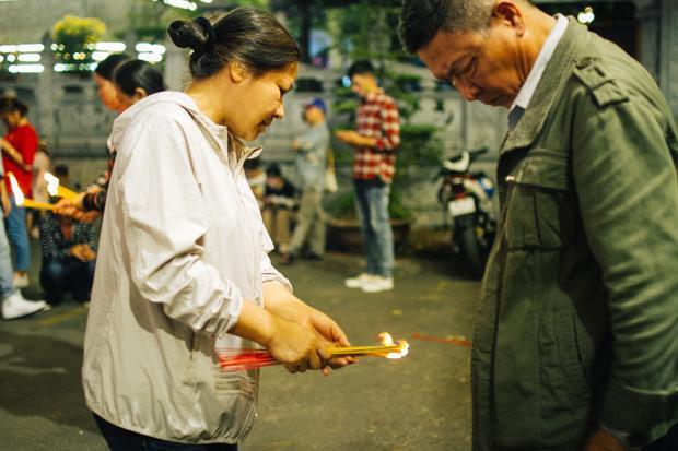 Thời tiết Sài Gòn đầu năm khá lạnh nên nhiều người phải mặc áo khoác ra ngoài lúc nửa đêm.