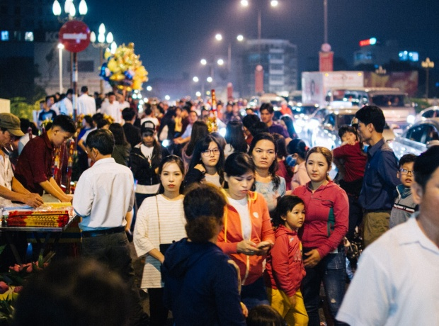 Tuyến đường Nguyễn Văn Trỗi gần như kẹt cứng vì lượng khách đông đảo đổ về chùa Vĩnh Nghiêm.