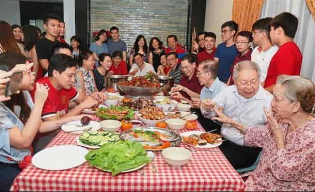 Gia đình bà Loo trong bữa cơm đoàn viên.