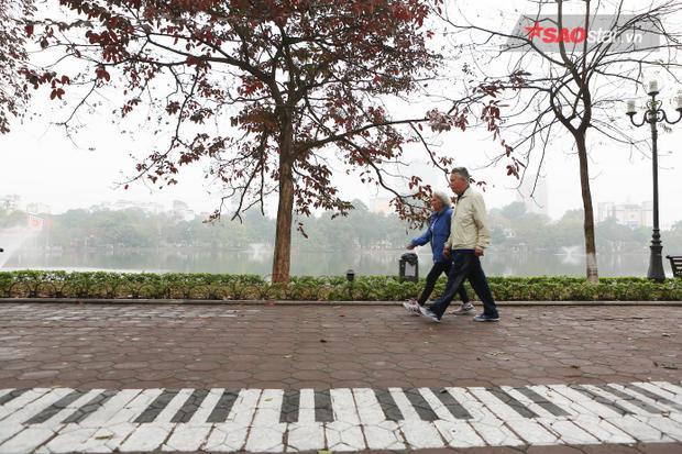 Phố đi bộ Hồ Gươm chỉ còn một số người già đi tập thể dục.