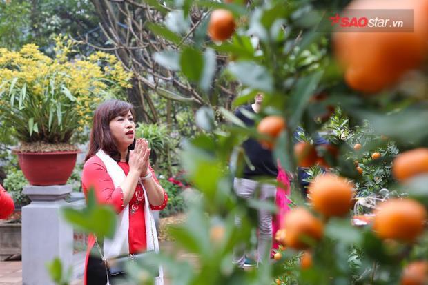 Đền Ngọc Sơn là một điểm đến quen thuộc của người dân Thủ đô, họ cầu xin một năm mới bình an sẽ đến với gia đình mình.