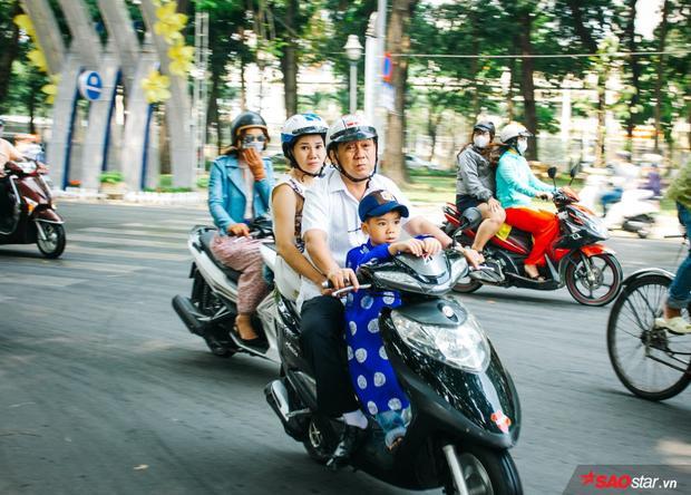 Các cửa hàng hầu hết đã đóng cửa ở Sài Gòn. Một số người ra đường đi chơi Tết ngày đầu năm mới.