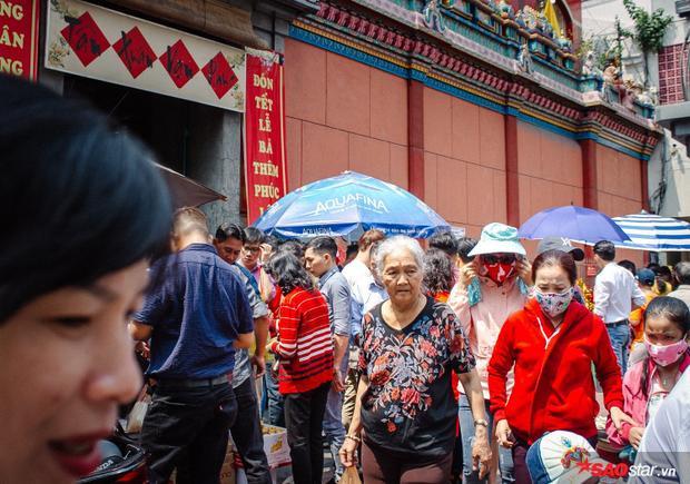 Mọi người đổ đi du xuân ở Lăng Ông Bà Chiểu (Q. Bình Thạnh, TP. HCM)