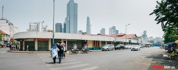 Hông chợ Bến Thành hằng ngày vẫn tấp nập du khách nước ngoài, giờ chỉ lác đác vài bóng người.