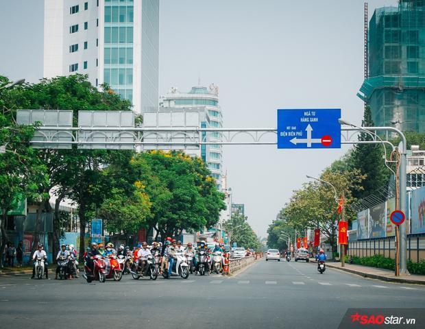 Dù đường vắng, mọi người vẫn dừng chờ đèn đỏ theo đúng quy định.