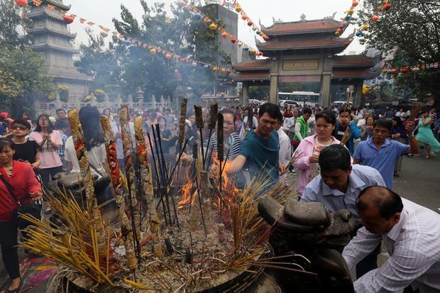 Khung cảnh đông đúc người đi lễ chùa ngày đầu năm ở Sài Gòn.